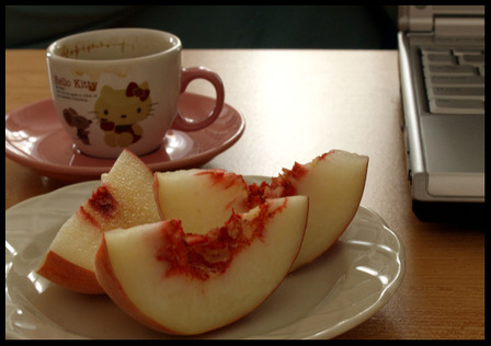 White_peaches_and_coffee