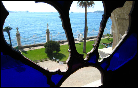 Dolmabahce_palace_window_view