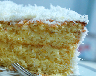 Coconut_cake_with_lemon_custard_1